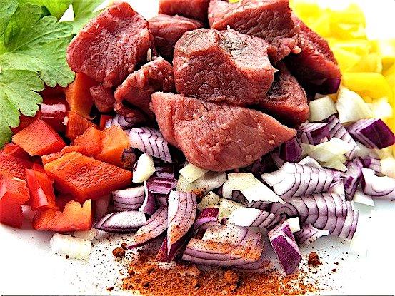Eisenlieferanten sind rotes Fleisch und Gemüse und Kräuter