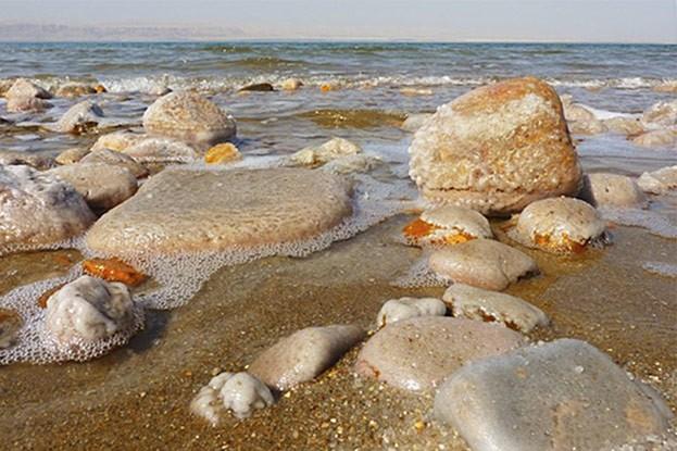 Berühmt für seinen hohen Salzgehalt ist das Tote Meer