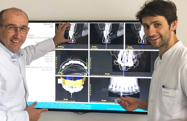 Professor Gabriel Krastl und Oberarzt Dr. Ralf Krug bei der Planung eines Guided-Endodontics-Falls.