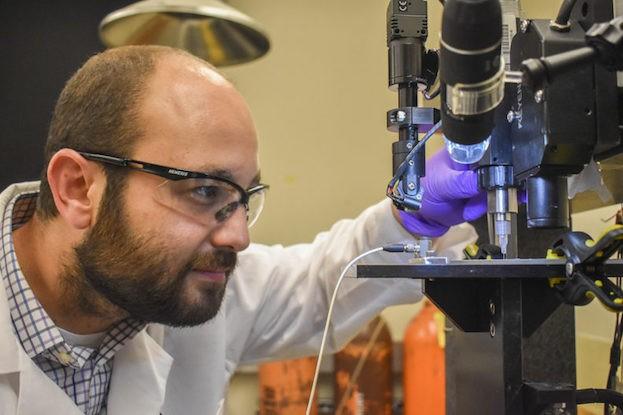 Forscher Arda Gozen bei der Prüfung eines gedruckten Sensors