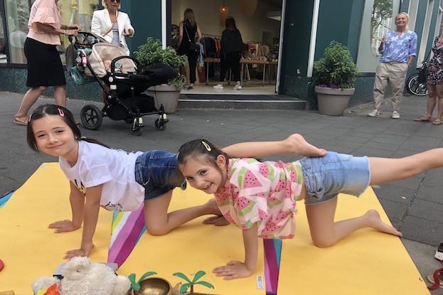 Kitakind macht Street-Yoga, die grosse Schwester ist mit Feuereifer auch dabei
