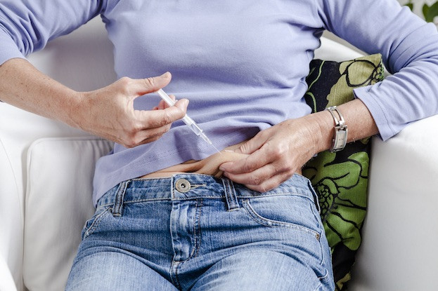 """Die subkutane Anwendung der Misteltherapie kann der Patient nach ärztlicher Anleitung problemlos zu Hause selbst durchführen. Meist gehört die """"Spritze"""" schnell zum Alltag"""