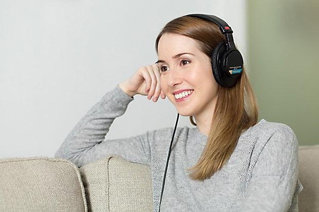 Nicht nur ältere Menschen leiden unter Schwerhörigkeit. Immer mehr junge Personen sind ebenfalls von Hörverlust betroffen.