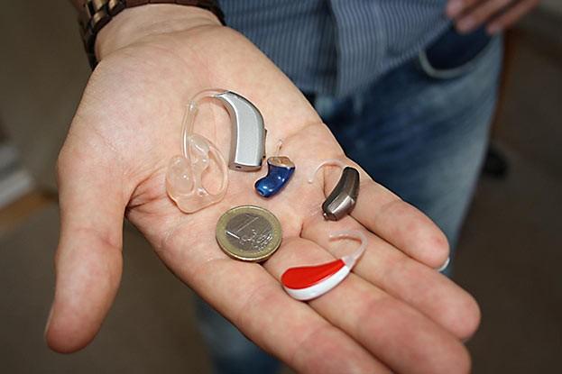 Die meisten modernen Hörhilfen sind nicht einmal so groß wie ein Ein-Euro-Stück. Sie sind praktisch unsichtbar.