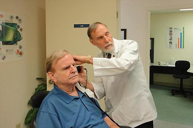 Mithilfe einiger Untersuchungen stellt der HNO-Arzt fest, ob eine Schwerhörigkeit vorliegt. Er stellt dann eine Verordnung für eine Hörhilfe aus.