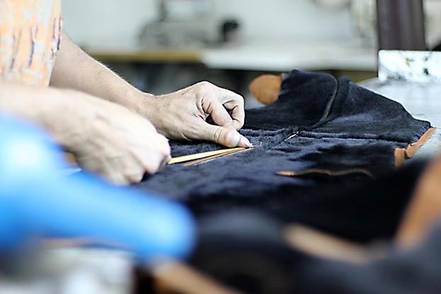 Bei der Herstellung von nachhaltiger Mode kommt es auf zweierlei an: Zum einen geht es um die Verwendung nachhaltiger Rohstoffe in Bio-Qualität. Zum anderen sollen die Kleidungsstücke ohne Chemie sowie mit Blick auf einen sparsamen Umgang mit anderen Ressourcen produziert werden.