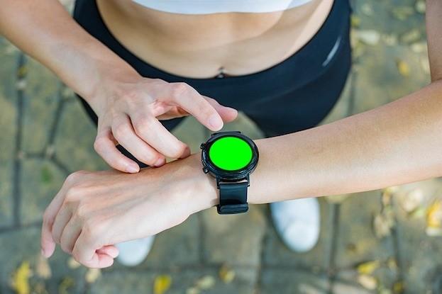 Smartwatch kann gepulst grünes, die Haut durchdringendes Licht abgeben