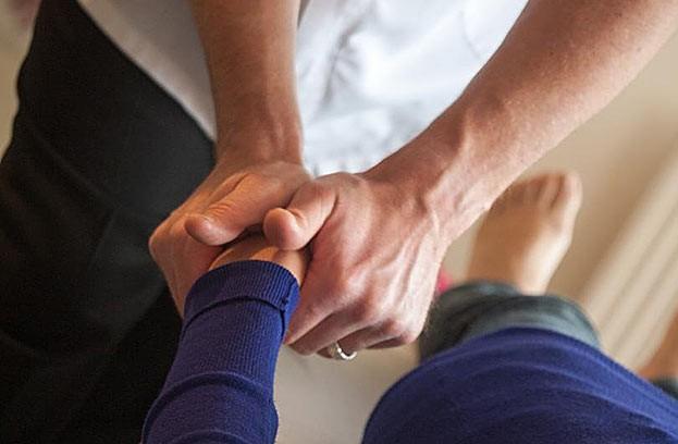 Chiropraktiker arbeiten mit ihren Händen. Für die richtige Diagnose und die für die Therapie notwendigen Handgriffe braucht der Chiropraktiker viel Wissen und sehr viel Erfahrung.
