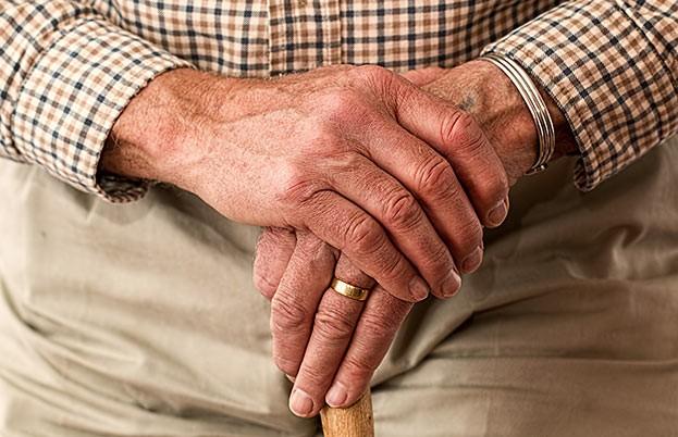 Mit einigen Alltagshilfen können Senioren ein glückliches und selbstbestimmtes Leben führen.