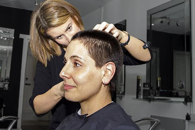 Eine genaue Analyse der Ursachen des Haarausfalls ist unverzichtbar, wenn Frauen mit dem Gedanken einer Haartransplantation spielen.