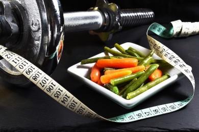 Krafttraining und gesunde Ernährung wirken Muskelabbau entgegen - ©Pixabay