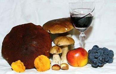 Junger Wein, frisch Äpfel und schmackhafte Steinpilze