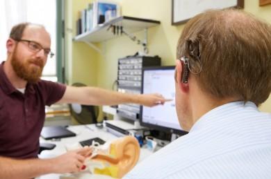 Patient mit Cochlea Implantat bei der Nachsorge im UKR