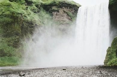 Wasserfall mit Gischt auf Island