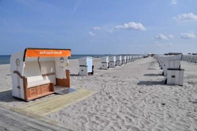 Strandkorb für Alle am Strandaufgang 10 in Warnemünde - ©TZRW/Joachim Kloock//Arbeitsgemeinschaft Barrierefreie Reiseziele in Deutschland