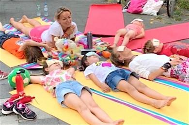 Wer als Kind früh mit Yoga in Berührung kommt, macht es gerne, egal, wo und wann - ©Gina Duscher