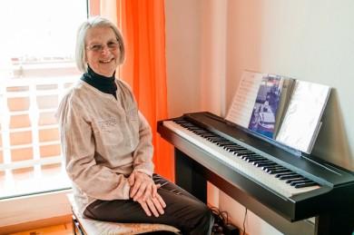 Ein Leben mit Krebs: Heute kann Siegrid Fehr wieder lachen und ihren Hobbies nachgehen - ©Helixor Heilmittel GmbH