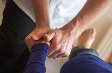 Chiropraktiker arbeiten mit ihren Händen. Für die richtige Diagnose und die für die Therapie notwendigen Handgriffe braucht der Chiropraktiker viel Wissen und sehr viel Erfahrung. - ©ostc / Pixabay.com