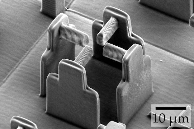 """Elektronenmikroskopische Aufnahme des """"leeren"""" Gerüsts (ohne Hydrogel), mit dessen Hilfe ein internationales Forschungsteam einzelne Zellen deformiert hat."""