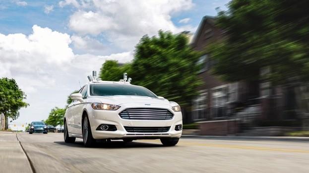 Autonom fahrender Ford Fusion Hybrid Versuchsträger auf den Straßen von Dearborn