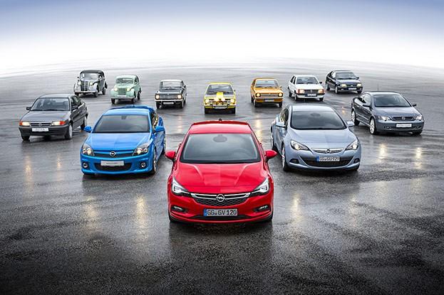 Familientreffen: hinten sämtliche Opel Kadett-Generationen