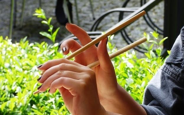 Essen mit Stäbchen will geübt werden