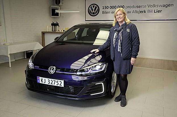Turid Sedahl Knutsen aus  Lier (Norwegen) nahm den 150-millionsten Volkswagen, einen Golf GTE, entgegen.