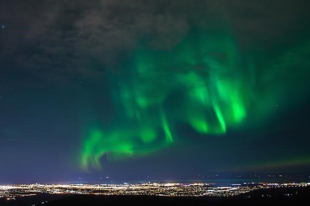 Bezauberndes Nordlicht in Grün über der Landesmetropole Anchorage