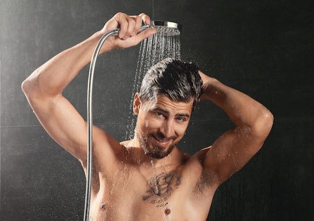 Profirennradfahrer Peter Sagan genießt nach einem langen Rennen eine erfrischende Dusche.