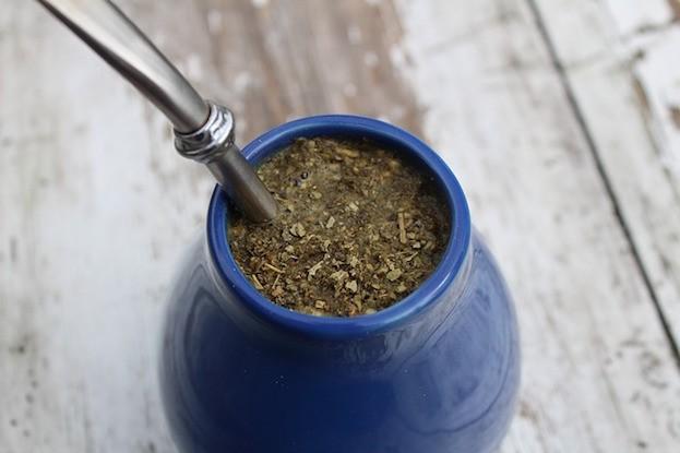 Mate-Tee im traditionellen Trinkgefäß aus Südamerika