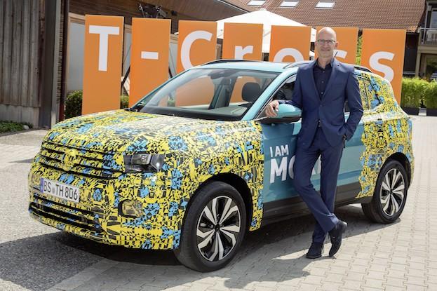 Chefdesigner Klaus Bischoff mit Volkswagen T-Cross Prototyp
