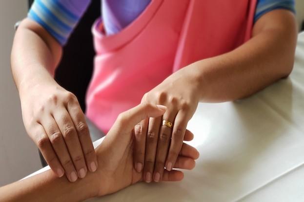 Pulsdiagnose durch die erfahrene Ayurveda-Ärztin