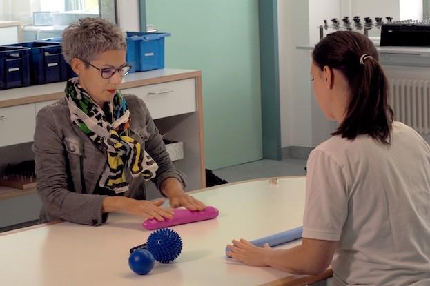 Silvia Reiber (li.) bei einem ergotherapeutischen Training in der BG Klinik Tübingen