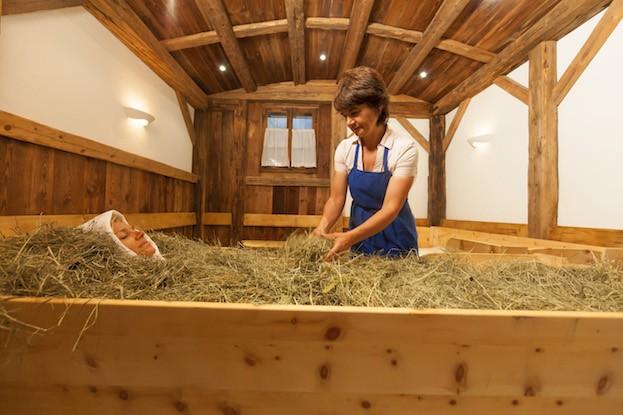 Beim Heubad in Südtirol kommt das getrocknete Gras von den eigenen Wiesen zum Einsatz