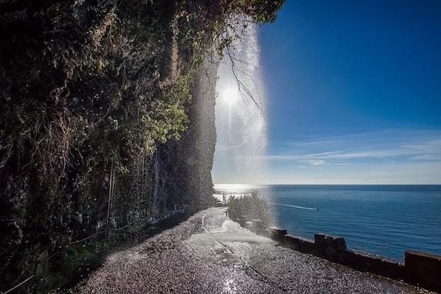 Wasserfall über Strasse auf Madeira