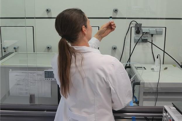Dr. Jessy Schönfelder vor dem Gasmessstand (links) und einem Referenzgerät für die Gasanalytik (rechts).