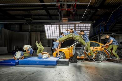 Außer Konkurrenz: Der Airbagkragen Hövding 3 im Crash-Versuch mit einem Stuntman - ©ADAC/Uwe Rattay