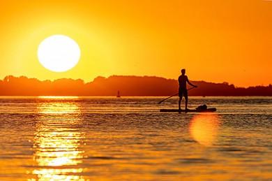 Stand-up-Paddeling bei Sonnenuntergang - ©Karsten Bergmann / Pixabay.de