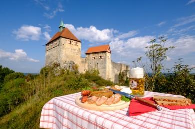 Fränkische Spezialitäten vor historischer Kulisse. - ©Nürnberger Land Tourismus, Thomas Geiger