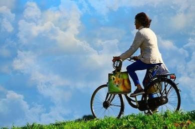 Wer viel mit dem Fahrrad unterwegs ist, sollte die Verkehrsregeln kennen - ©Pixabay_MabelAmber
