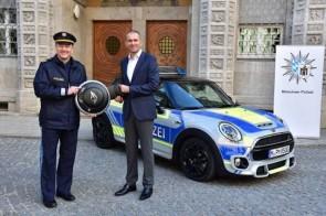 Auch dem jüngsten MINI im Fuhrpark des Münchner Polizeipräsidiums ist gesteigerte Aufmerksamkeit sicher