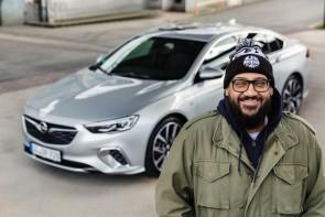 Moses Pelham vor seinem jüngst übernommenen neuen Opel Insignia GSi