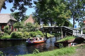 Im Wasserdorf Giethoorn findet Ende August das Gondelfestival statt.