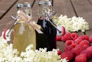 Holunderblüten mit Holunderbeerensaft
