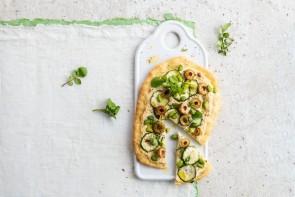 Wie gut pflanzenbetonte Ernährung schmecken kann, zeigt zum Beispiel diese vegetarische Pizza mit Frühlingswiebeln und Zucchini. - ©Alpro